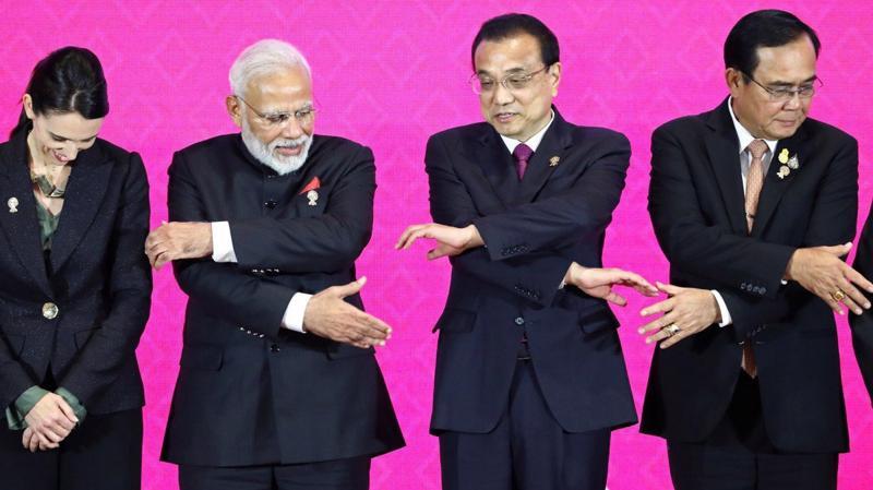 Thủ tướng Trung Quốc Lý Khắc Cường (thứ hai bên phải) cùng các nguyên thủ quốc gia khác tại Hội nghị Thượng đỉnh RCEP tại Bangkok tháng 11/2019 - Ảnh: Reuters