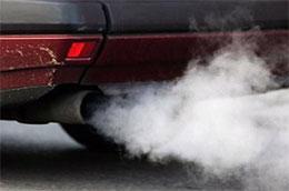 Lượng khí xả phát thải từ ôtô và xe máy đang góp phần gây ô nhiễm môi trường nghiêm trọng - Ảnh: Đức Thọ.
