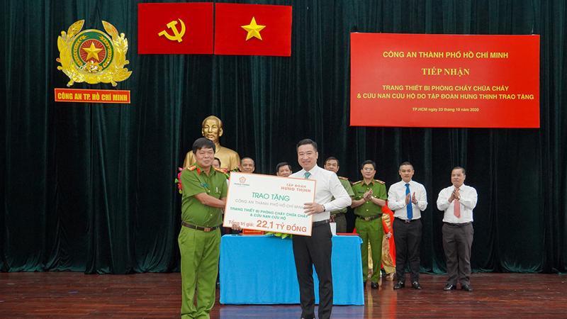 Ông Nguyễn Đình Trung trao bảng tượng trưng trang thiết bị phòng cháy chữa cháy và cứu nạn cứu hộ trị giá 22,1 tỷ đồng cho Đại tá Nguyễn Thanh Hưởng.