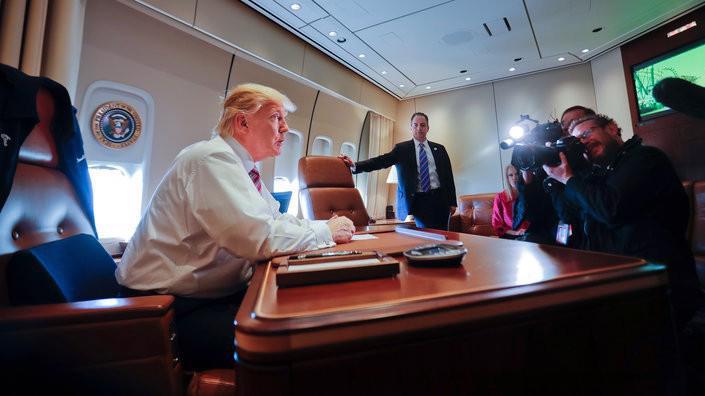 Tổng thống Mỹ Donald Trump tại bàn làm việc của ông trên Không lực 1, trong chuyến bay đầu tiên trên chuyên cơ này vào tháng 1/2017 - Ảnh: AP/BI.