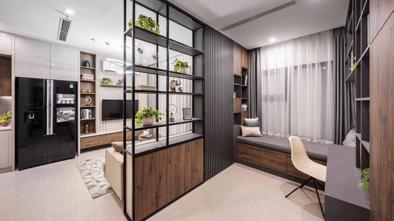 Không gian nối liền phòng khách và khu vực +1 sử dụng giá treo thép với các điểm nhấn sáng màu tạo nên sự linh hoạt, rộng mở; là sự kết hợp hoàn hảo giữa phong cách mạnh mẽ và nữ tính.