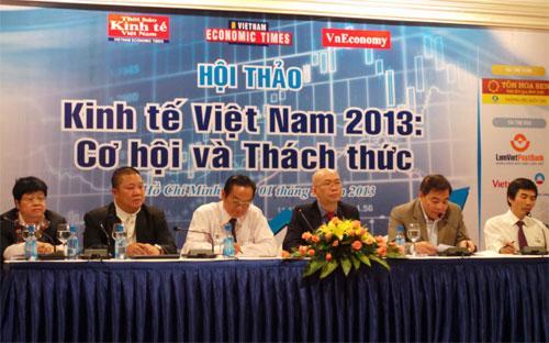 """Các diễn giả tại hội thảo """"Kinh tế Việt Nam 2013: Cơ hội và thách thức"""".<br>"""