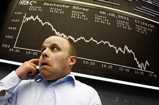 """Matthew Peron, trưởng bộ phận đầu tư chứng khoán thuộc quỹ tín thác Northern ở Chicago cho biết, """"chúng ta đang chứng kiến tình trạng bán tháo một cách hỗn loạn thực sự, vượt xa những gì chúng ta từng thấy"""" - Ảnh: Reuters."""