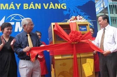 Giám đốc Chi nhánh Ngân hàng Nhà nước Việt Nam Hồ Hữu Hạnh và Tổng giám đốc DongA Bank tại lễ ra mắt máy bán vàng Gold ATM - Ảnh: Hà Huy Hiệp.