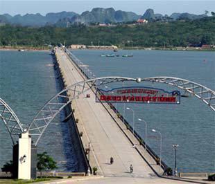 Đường trên biển dẫn vào đảo Tuần Châu.