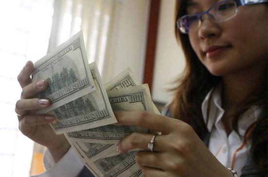 Sẽ rất khó hình dung ứng xử của thị trường như thế nào khi mà tỷ giá đang cố định 6 tháng 6 ngày, bỗng Ngân hàng Nhà nước tung ra bước nhảy mất giá tới hơn 2,09% chỉ trong vòng 1 đêm! - Ảnh: Reuters.