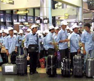 Công nhân lên đường đi xuất khẩu lao động. Theo Cục Việc làm Bộ Lao động - Thương binh và Xã hội, lao động Việt Nam đã có mặt trên 40 nước và vùng lãnh thổ với hơn 30 nhóm ngành nghề.
