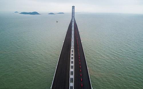 """<font face=""""Arial, Verdana""""><span style=""""font-size: 13.3333px;"""">Cầu vượt biển dài nhất thế giới nối liền 3 thành phố Hồng Kông - Chu Hải - Macao có tổng chiều dài 55km, trong đó có 6,7km đường hầm. Đây được cho là một trong những dự án tham vọng nhất nối liền Hồng Kông và Trung Quốc đại lục với chi phí ít nhất 15 tỷ USD - Nguồn: CNN, Xinhua News, Daily Mail.</span></font>"""