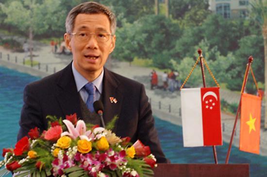 Thủ tướng Singapore Lý Hiển Long trong một chuyến thăm Việt Nam. Thủ tướng và các bộ trưởng của Singapore luôn nằm trong số những chính trị gia được trả lương cao nhất thế giới.
