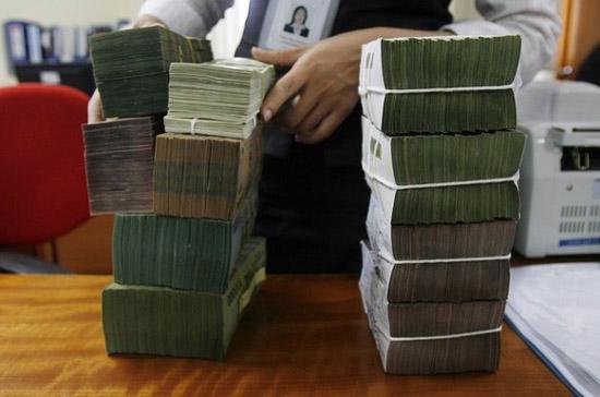 """Có vẻ các ngân hàng đã thực hiện huy động đính kèm tặng thưởng, khuyến mãi không """"khua chiêng gõ mõ"""" như trước - Ảnh: Reuters."""