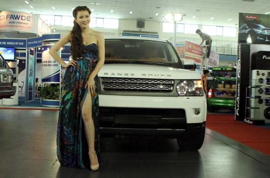 Những người mẫu quyến rũ luôn đồng hành bên cạnh những mẫu xe hơi đắt tiền - Ảnh: Bobi.