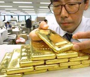 """Chỉ trong tuần này, vàng giao kỳ hạn đã """"đội"""" giá thêm 3,3%, còn năm nay, vàng đã tăng giá 32%, mức tăng cao nhất kể từ năm 1979."""