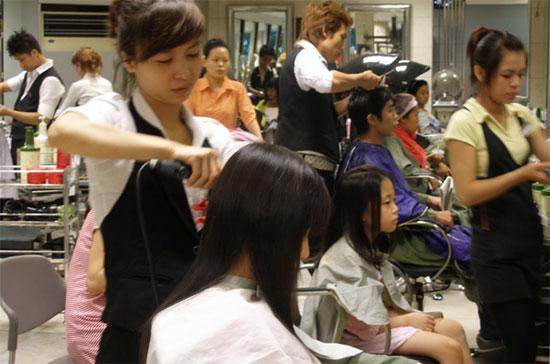 Nhiều salon tóc quy mô lớn mở ra theo hình thức công ty chuyên nghiệp.