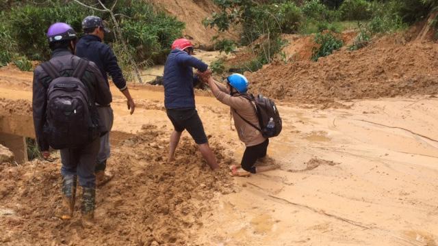 Cán bộ Bảo hiểm Xã hội huyện Tây Giang trên đường xuống xã tư vấn về chính sách Bảo hiểm Xã hội, Bảo hiểm Y tế.