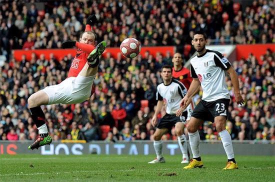 Tiền đạo Wayne Rooney (áo đỏ) của Manchester United (MU) tả xung hữu đột trên sân cỏ. Tuy nhiên, tình hình tài chính của MU lại không tuyệt vời như những gì mà các cầu thủ của họ trình diễn - Ảnh: Getty.