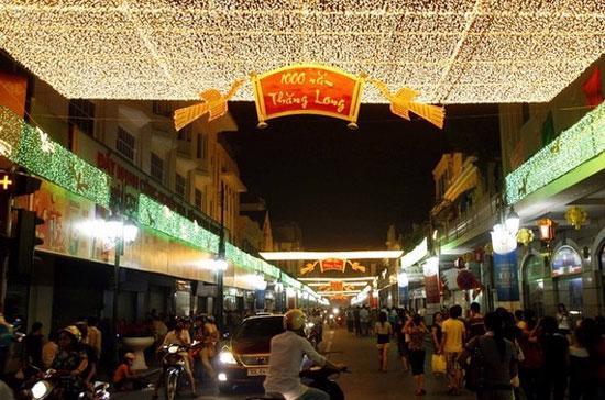 Đường phố Hà Nội trong dịp Đại lễ nghìn năm Thăng Long - Hà Nội - Ảnh: Reuters.