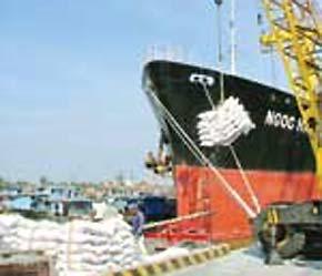 Tàu chở gạo xuất khẩu ở cảng Sài Gòn.