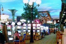 Cảnh bầu trời giả trong một khách sạn ở Las Vegas với hàng dãy máy đánh bạc - Ảnh: NVP.
