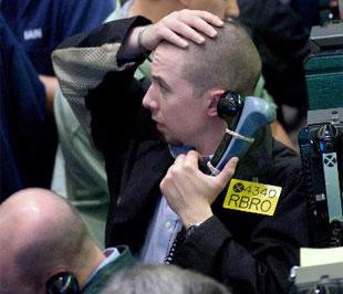 Giới đầu tư quốc tế đang chuyển vốn sang thị trường vàng và dầu do sự mất niềm tin vào đồng USD - Ảnh: Bloomberg.