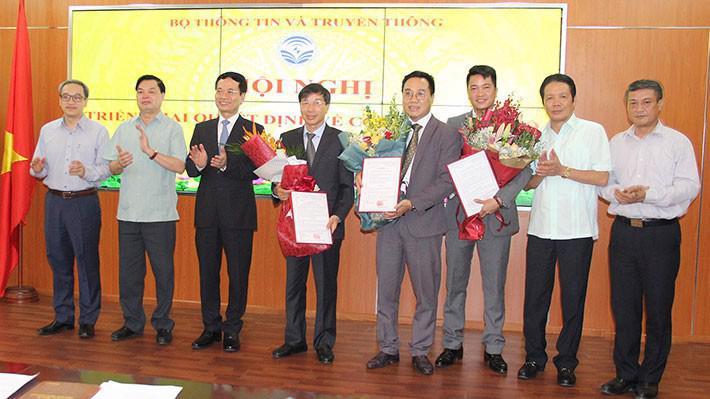 Bộ trưởng Nguyễn Mạnh Hùng trao quyết định bổ nhiệm cho ba cán bộ mới.