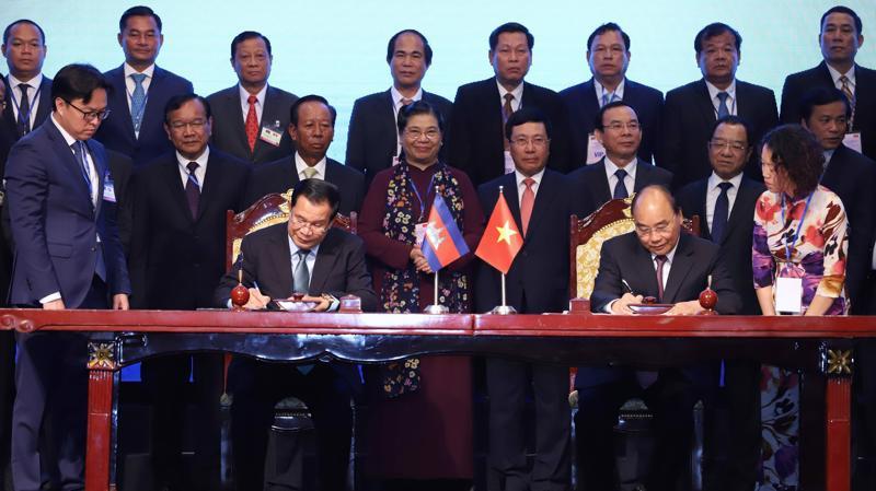 Thủ tướng hai nước ký Hiệp ước bổ sung Hiệp ước hoạch định biên giới quốc gia năm 1985 và Hiệp ước bổ sung năm 2005 giữa Nước Cộng hòa xã hội chủ nghĩa Việt Nam và Vương quốc Campuchia - Ảnh: QP.