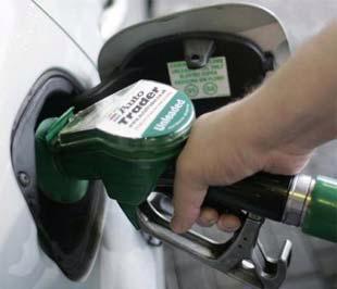 Giá xăng dầu thế giới đang chịu nhiều sức ép từ viễn cảnh kinh tế toàn cầu.