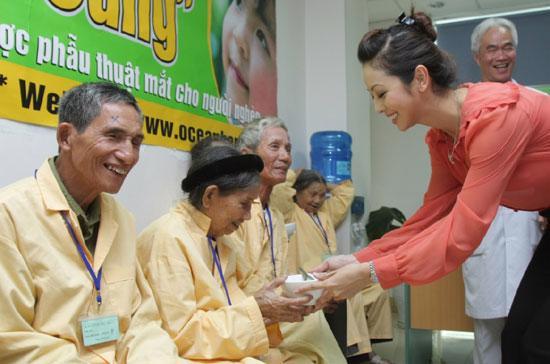 Hoa hậu Jennifer Phạm, đại sứ thiện chí của chương trình, tham gia chuyển đồ ăn cho bệnh nhân sau ca phẫu thuật.