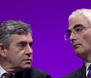 Thủ tướng Anh Gordon Brown (trái) và Bộ trưởng Bộ Tài chính nước này Alistair Darling - Ảnh: Bloomberg.