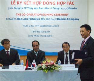 Quang cảnh lễ ký kết hợp đồng hợp tác giữa hai bên.