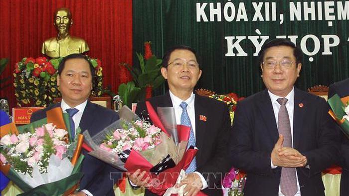 Chủ tịch UBND tỉnh Bình Định, nhiệm kỳ 2016-2021 ông Nguyễn Phi Long (bên trái).
