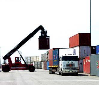 Hàng nhập khẩu về cảng.