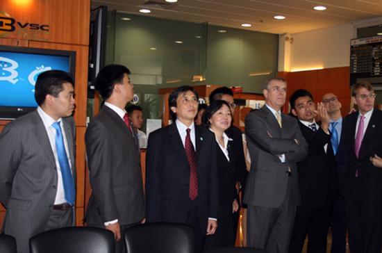 Đoàn khách Hoàng gia Anh do Hoàng tử Andrew - Công tước xứ York dẫn đầu, cùng đại diện HSBC Insurance đến thăm sàn giao dịch chứng khoán của BVSC, tháng 10/2009.