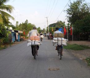 Hàng lậu trên đường về thị trấn Tân Châu.