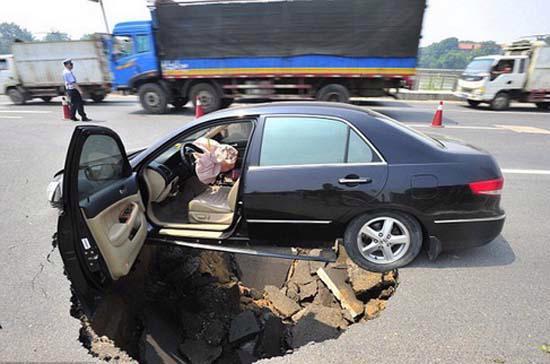 Hố địa ngục đột ngột xuất hiện tại Giang Tây, Trung Quốc hôm 12/6 - Ảnh: Alpha Press/Daily Mail.