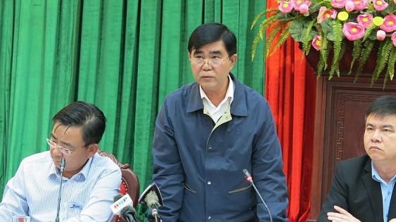 Phó giám đốc Sở Xây dựng Hà Nội Trần Việt Trung (đứng giữa) cho rằng, việc xử lý dự án 8B Lê Trực phải làm rất cẩn trọng.
