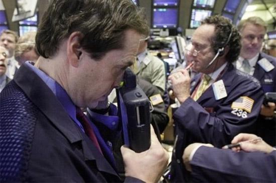 Điểm đáng chú ý trong phiên đầu tuần chính là tính thanh khoản của thị trường sụt giảm mạnh so với phiên cuối tuần trước đó - Ảnh: AP.