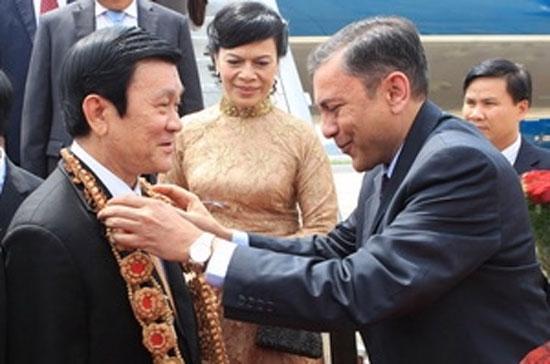 Các quan chức bang Kartanakata đón Chủ tịch nước Trương Tấn Sang tại sân bay - Ảnh: Nguyễn Khang/TTXVN.