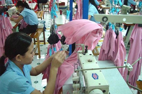Mặc dù còn nhiều khó khăn nhưng ngành dệt may vẫn đặt ra mục tiêu xuất khẩu đạt 12,7-13 tỷ USD trong năm 2011.