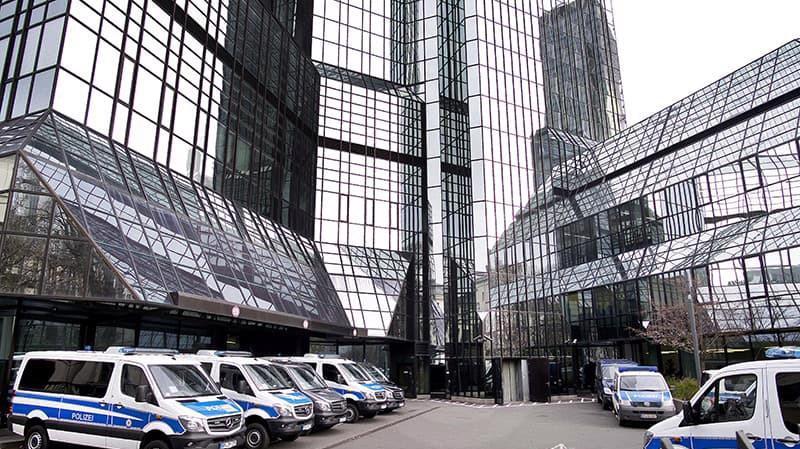 Xe cảnh sát bên ngoài trụ sở Deutsche Bank tại Frankfurt, Đức vào ngày 29/11 - Ảnh: CNN.
