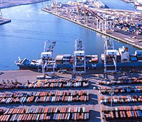 Hàng hóa nhập khẩu tại cảng Los Angeles, Mỹ.
