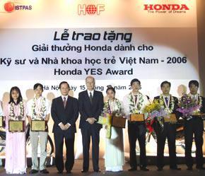 Trao giải cho sinh viên tại giải thưởng lần 1 - năm 2006.