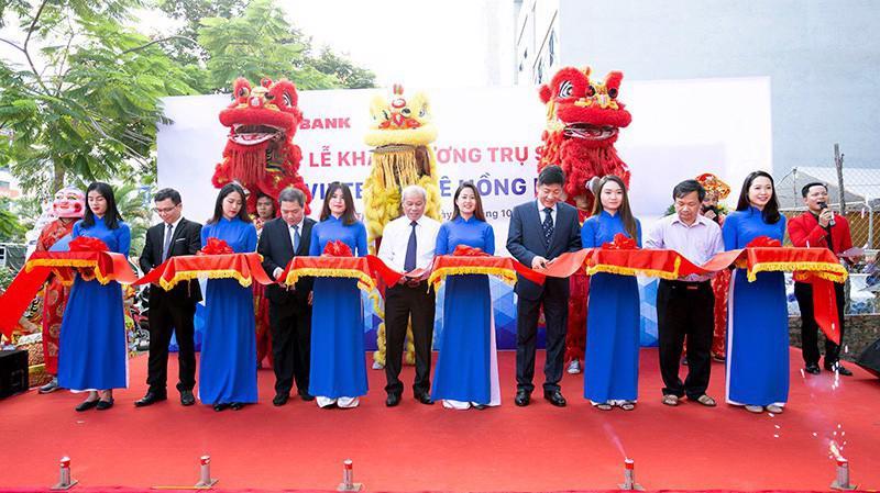 Nhân dịp này, Phòng Giao dịch Lê Hồng Phong của Vietbank dành hàng trăm phần quà tặng quý khách hàng đến giao dịch.