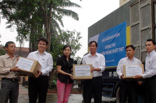 Đại diện PTI trao quà cho một trường học tại huyện Nghi Xuân, Hà Tĩnh.