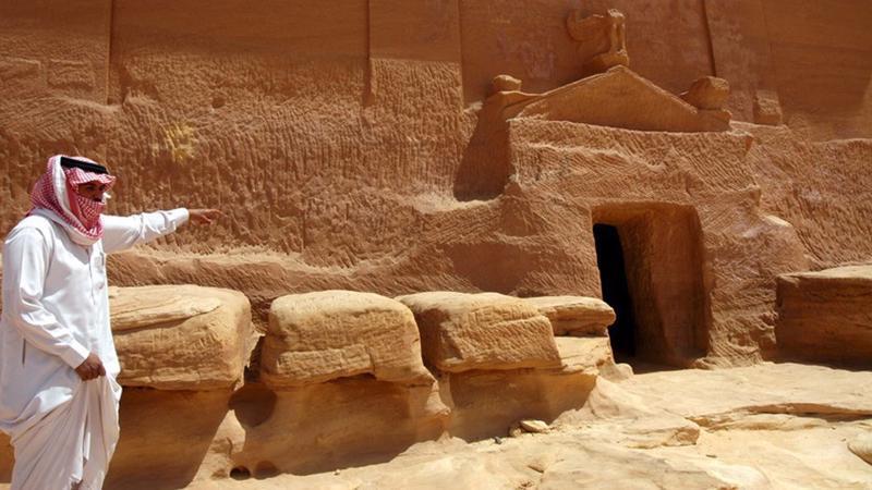 Một người Saudi Arabia thăm ngôi mộ đá tại thành phố cổ Madain Saleh, một di sản thế giới được UNESCO công nhận, tại tỉnh al-Ula ở miền bắc Saudi Arabia - Ảnh: EPA.