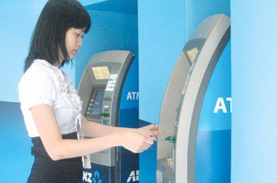 Khách hàng sử dụng máy ATM của ANZ - Ảnh: Lê Toàn.