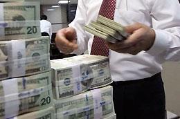"""Việc giới hạn lãi suất tiền gửi USD của các tổ chức tối đa 1%/năm từ 11/2/2010 là một """"cú hích"""" đối với nguồn ngoại tệ của các tổ chức bán lại cho các ngân hàng."""