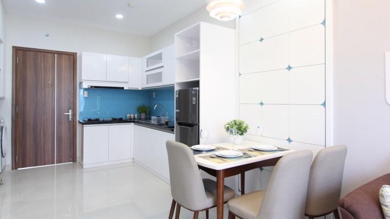 Khu vực bếp hiện đại với tông màu sáng đem đến sự thoải mái cho những bữa ăn gia đình.
