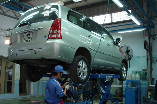 Lượng khách hàng đến làm dịch vụ tại hệ thống đại lý của Toyota Việt Nam trong 5 tháng đầu năm rất lớn - Ảnh: Đức Thọ.