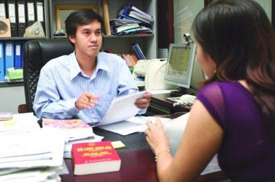 Tư vấn cho khách hàng tại một công ty luật ở Tp.HCM - Ảnh: Lê Toàn.