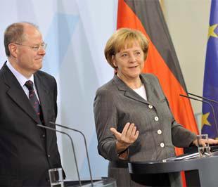 Thủ tướng Đức Angela Merkel (bên phải) và Bộ trưởng Bộ Tài chính Peer Steinbrück.
